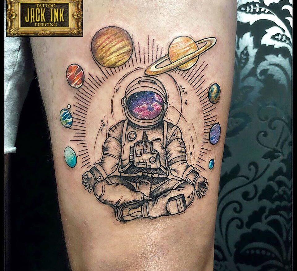 astronaut tattoo, tatuaj cu astronaut in pozitie de yoga cu planete, tatuaje sector 3, tatuaje bucuresti