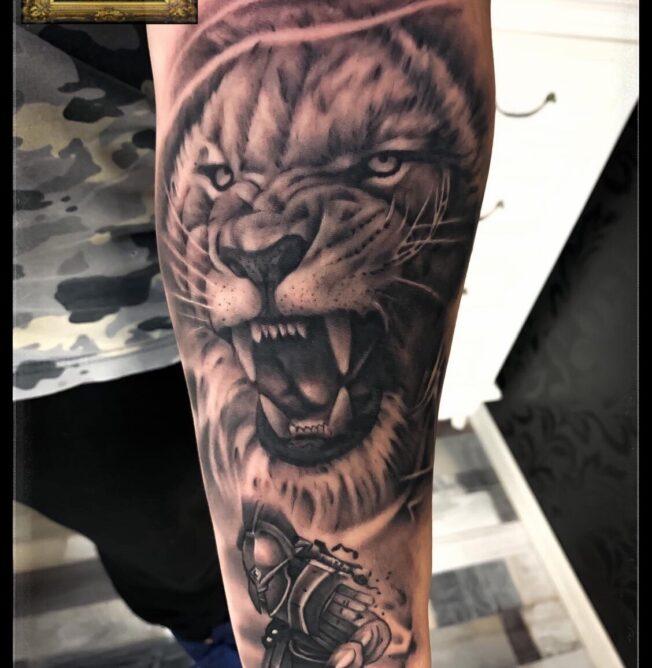 tatuaj cap de lup cu tricolor, baba novac tattoo, tatuaje mall vitan, tatuaje salon, tatuaje park lake, salon tatuaje bucuresti, tatuaje titan, salon tatuaje