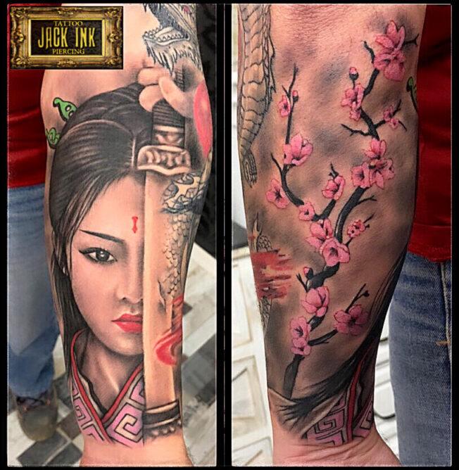 tatuaj chip de femeie cu busola pe antebrat