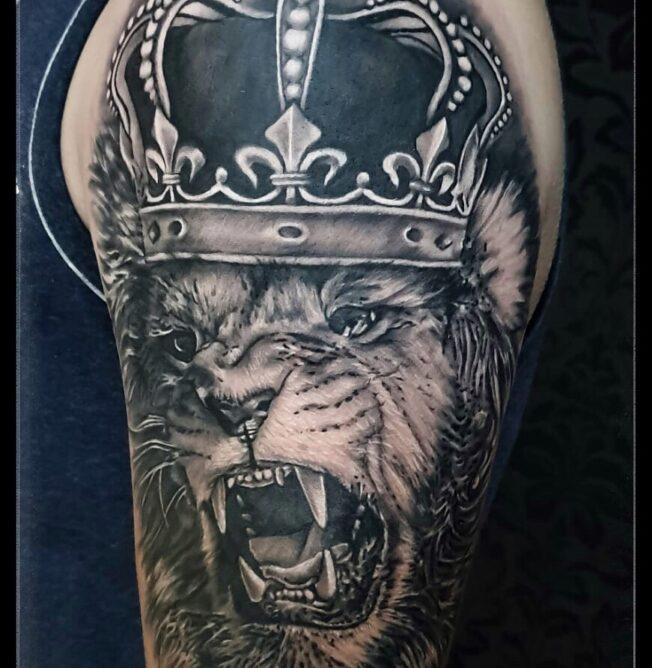 tatuaj cap de leu grafic