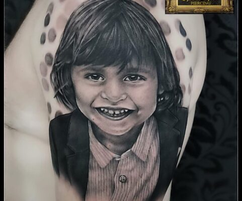 Portret copil tatuaje pe brat tattoo black and grey