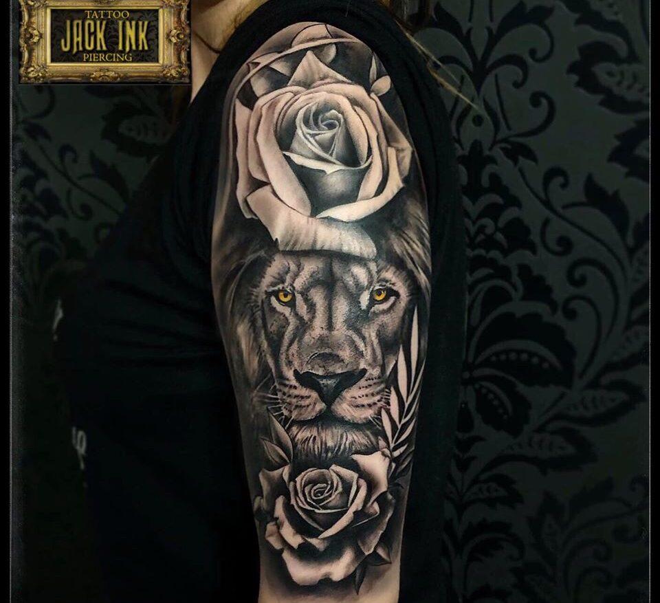 tatuaj cap de leu cu trandafiri pe brat