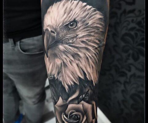 Tatuaj cap de vultur cu trandafir