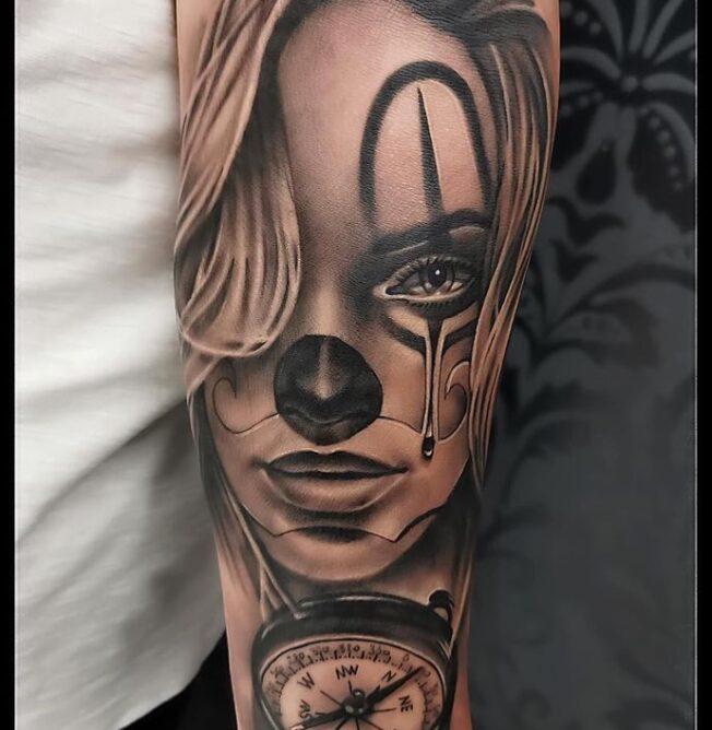 tatuaj leu cu coroana