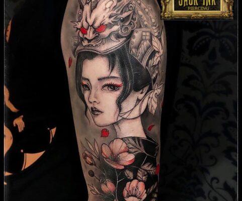 tatuaj geisha cu dragon si flori de cires pe brat