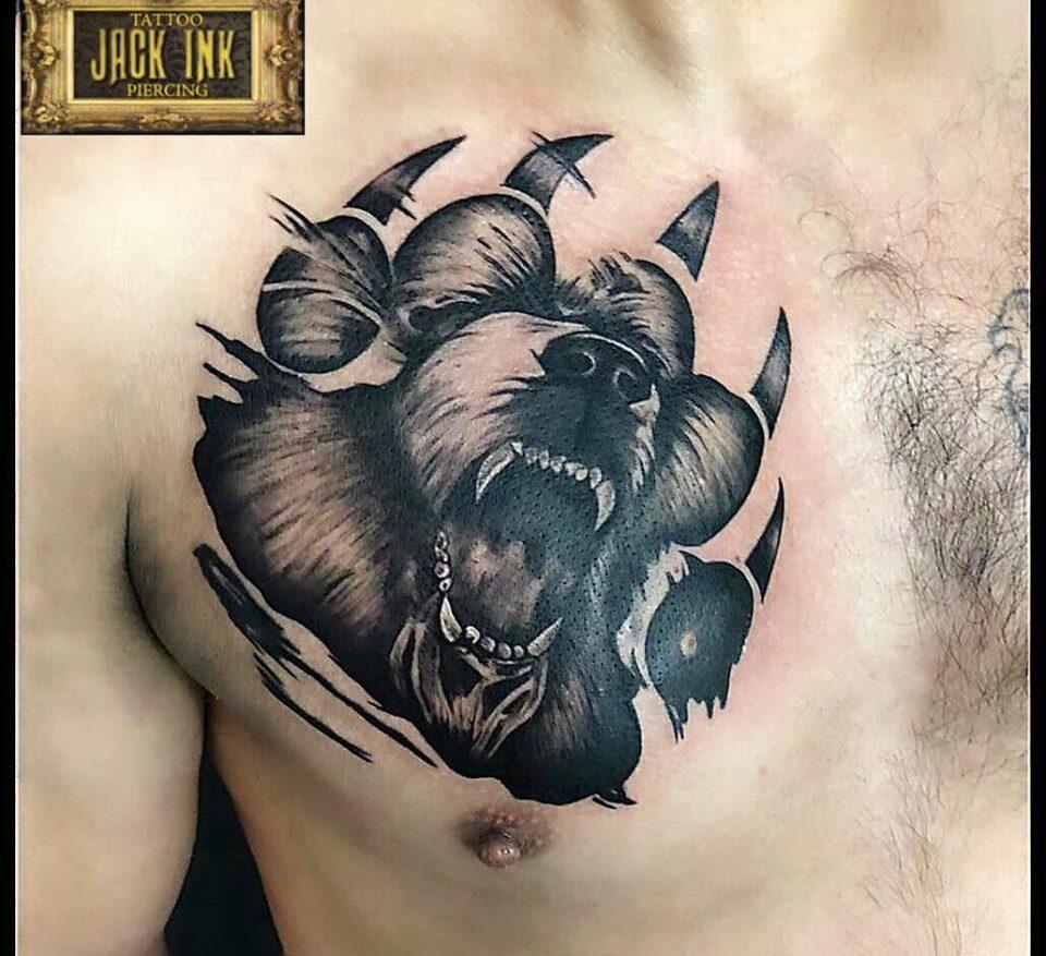 tatuaj gheara de urs pe piept